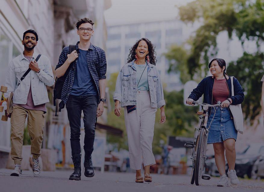 Eine Gruppe junger Menschen laufend auf einem Gehweg