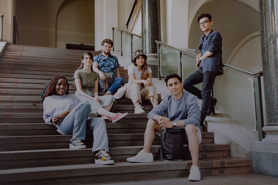 Studierende auf Treppenstufen